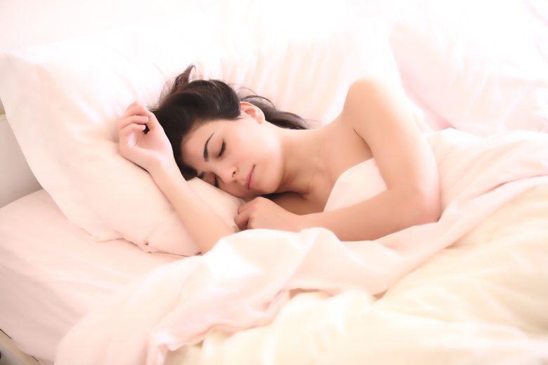 プロテインを飲んでから寝る女性